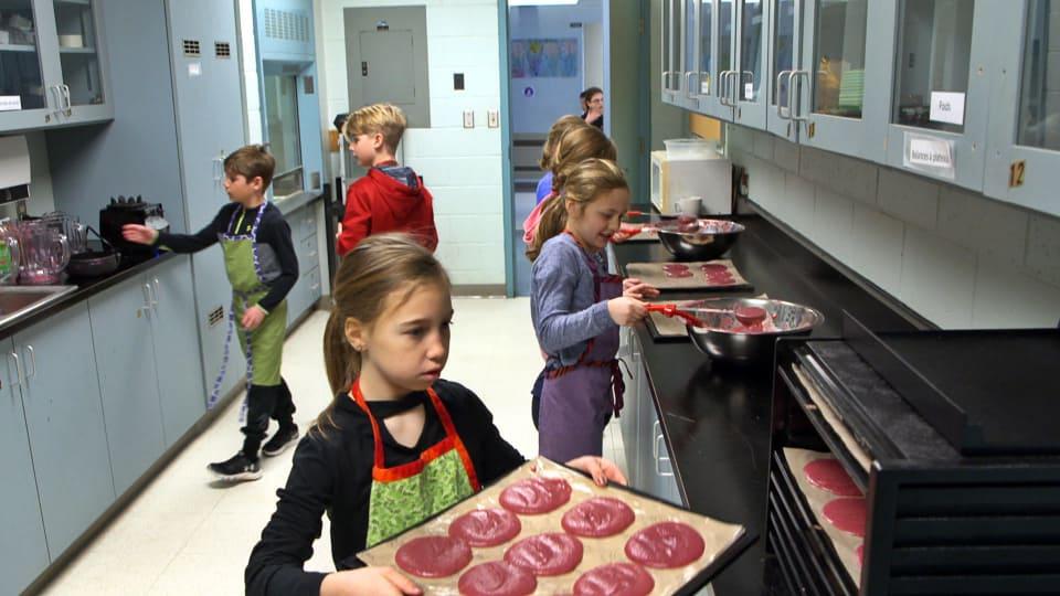 Les entrepreneurs en herbe préparent des roulés aux fruits pour les vendre à leurs camarades d'école. Photo : Radio-Canada